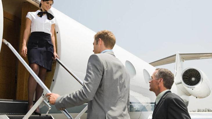 En qué se fijan las azafatas cuando subes al avión