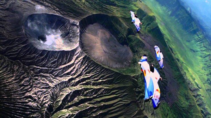 Wingsuit épico sobre un volcán en Indonesia