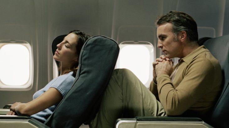 Reclinar o no reclinar el asiento en un avión